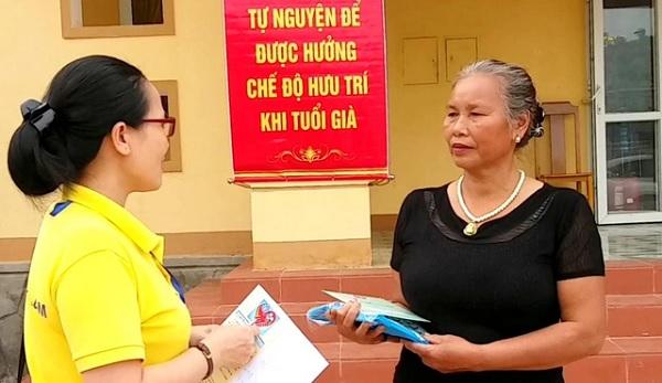 Bà Dương Thị Lý đang được cán bộ tư vấn về chính sách BHXH tự nguyện. Ảnh Dân trí