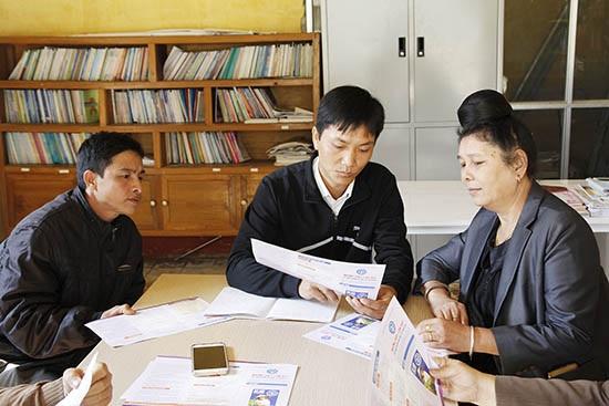 Nhân viên đại lý thu điểm Bưu điện văn hóa xã Yên Hưng (Sông Mã)tuyên truyền chính sách BHXH tự nguyện cho người dân.