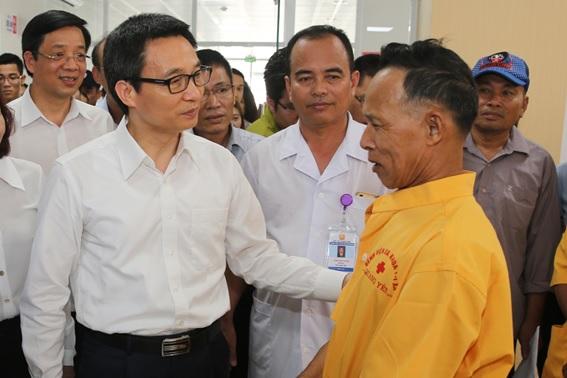 Phó Thủ tướng Vũ Đức Đam trò chuyện với người nhà bệnh nhân tại Bệnh viện đa khoa thị xã Quảng Yên, Quảng Ninh.